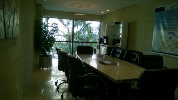 Vendo prédio comercial na Miguel Tostes, bairro Rio Branco. 403,51m de área construída. Locação garantida por 2 anos com rentabilidade de 0,7% ao mês. Recepção, salas comerciais, vários banheiros, refeitório, salas de trabalho.