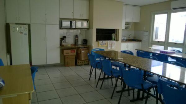 VENDO prédio comercial na Miguel Tostes, Bairro Rio Branco. 403,51m² de área construída. Locação garantida por 2 anos com rentabilidade de 0,7% ao mês. Recepção, salas comerciais, vários banheiros, refeitório, salas de trabalho.